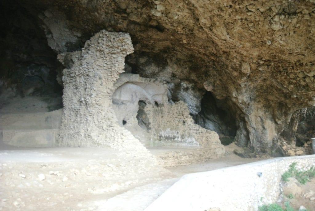 L'interno della grotta di Matermania