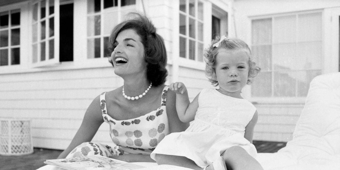 Jackie Kennedy sorridendo con una bambina